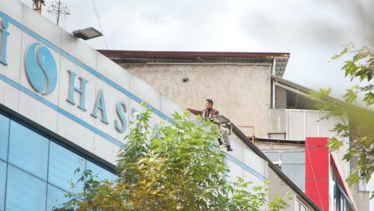 Hastane çatısında intihar şov