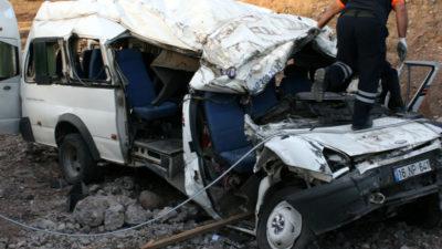 Düğün yolunda kaza; 6 ölü, 4 yaralı
