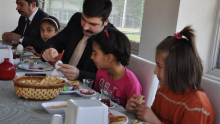 Kaymakam Yosunkaya, çocuklarla kahvaltı yaptı