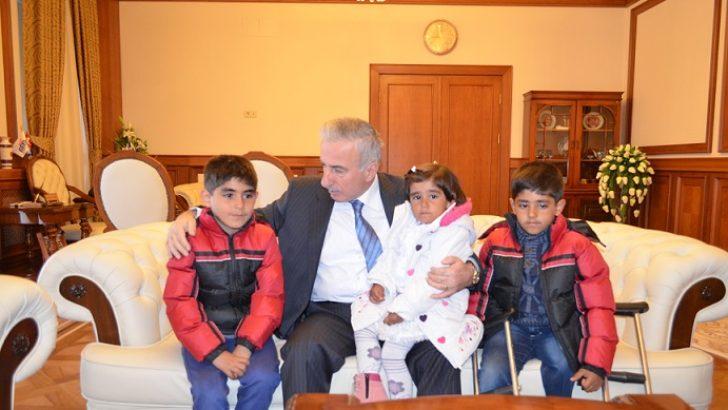 Vali Kamçı, Suriyeli aileyi kabul etti