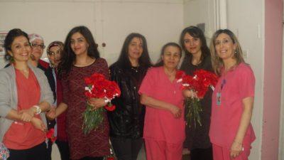 Reşat Erdoğan, sağlık çalışanlarına karanfil dağıttı