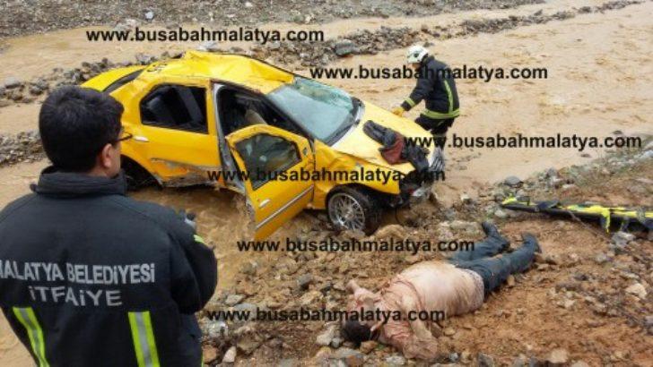 Ticari taksi şarampole yuvarlandı bir ölü