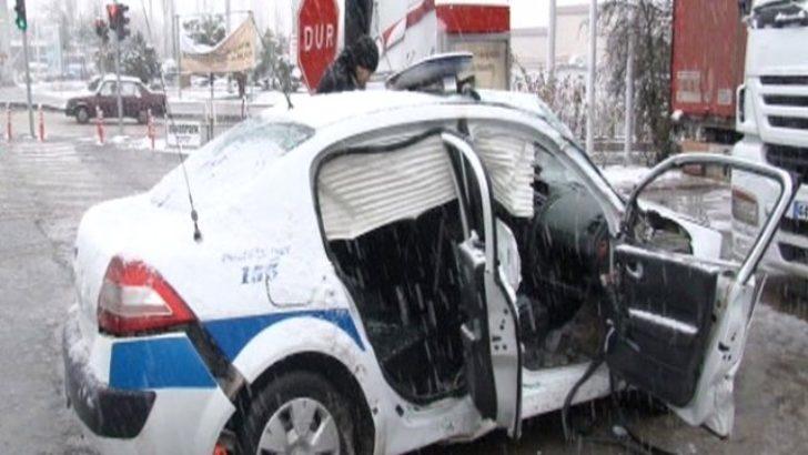 Polis ekip otosu ile minibüs çarpıştı 4 yaralı