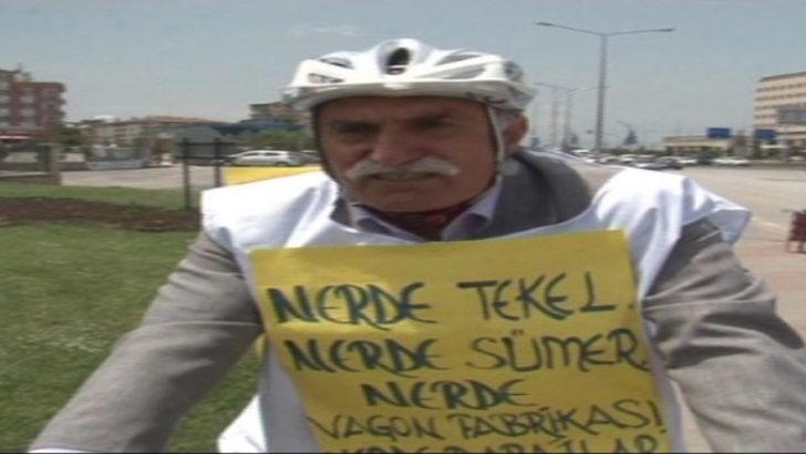 Bisiklet sürerek protesto yapıyor