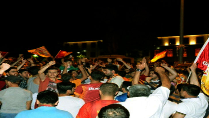 Şampiyon olan Galatasaraylılar sokaklara çıktı
