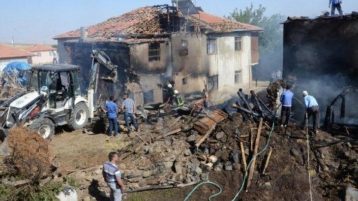 Arguvan'da 4 Ev Yandı