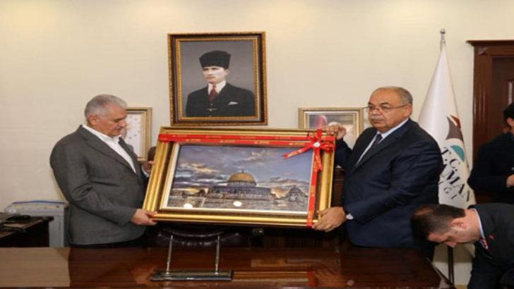 Başkan Kutlu, Başbakan Yıldırım'a 'Mescid- Aksa' Tablosu Hediye Etti