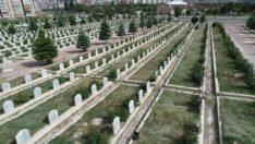 Mezarlıklar bayrama hazır hale geliyor