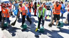 Başkan Soyer Karabağlar'daki temizlik çalışmalarına katıldı