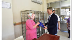 Vali Aydın Baruş, 8 Mart Dünya Kadınlar Günü sebebiyle Malatya Valiliğinde çalışan kadın personele çiçek ve hediye takdim etti.