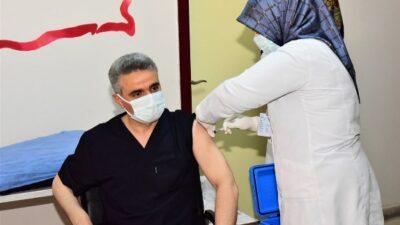 Vali Baruş, Covid-19 aşısının ilk dozunu yaptırdı